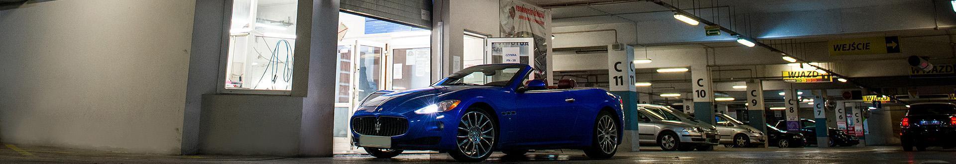niebieskie Maserati na parkingu